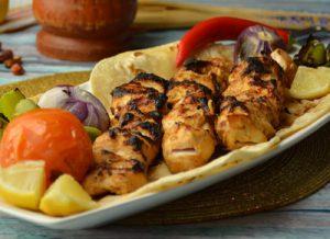 Кебабы по-турецки с помидорами и оливковым соусом